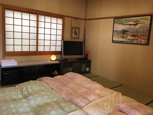 Japanese Tatami room: Futon bed