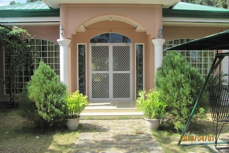 Villa 301 B&B-Away from Maddening Crowd - Baclayon