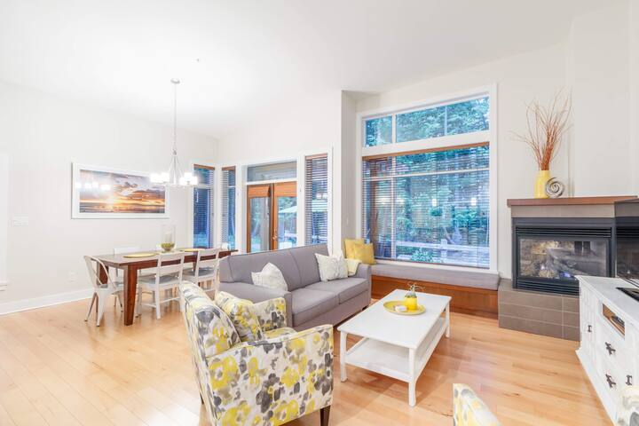 Cheerful, comfortable open space living!