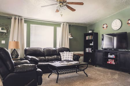 CLEAN! Across from water, pet-friendly, escape!