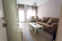 Salón con sofá cama luminoso