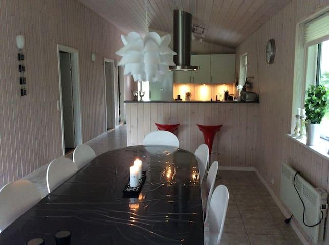 Sommerhus i naturområde ved fjord - Gedsted - Cabin