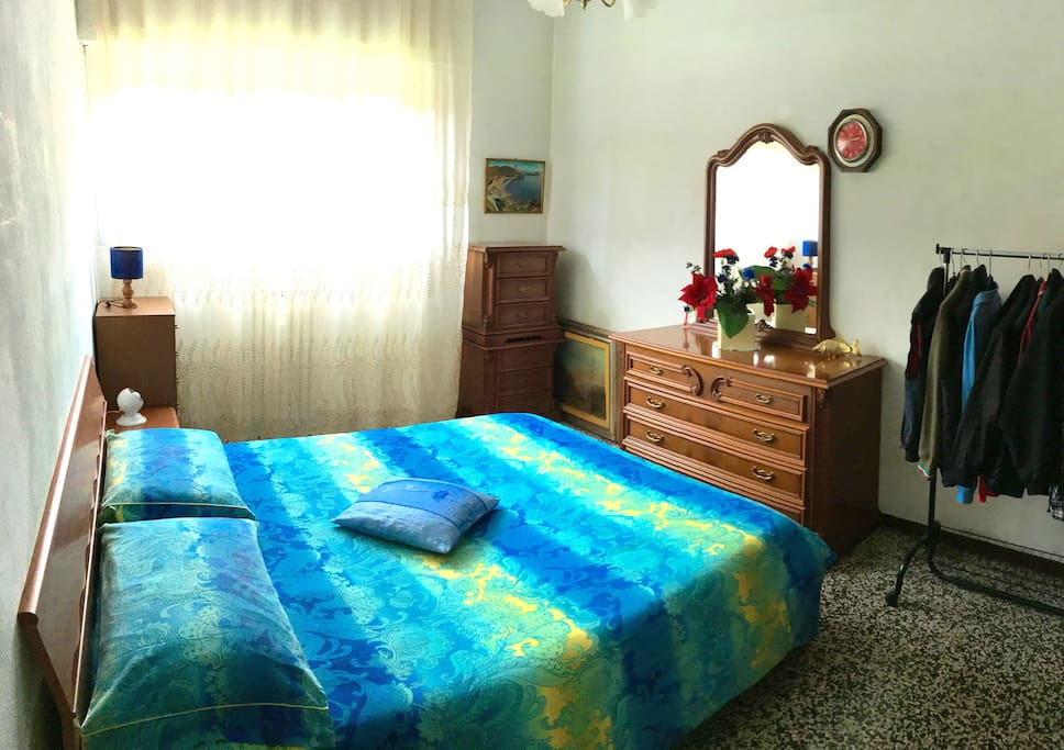 Ampia camera matrimoniale (spacious bedroom with 1 king size bed)