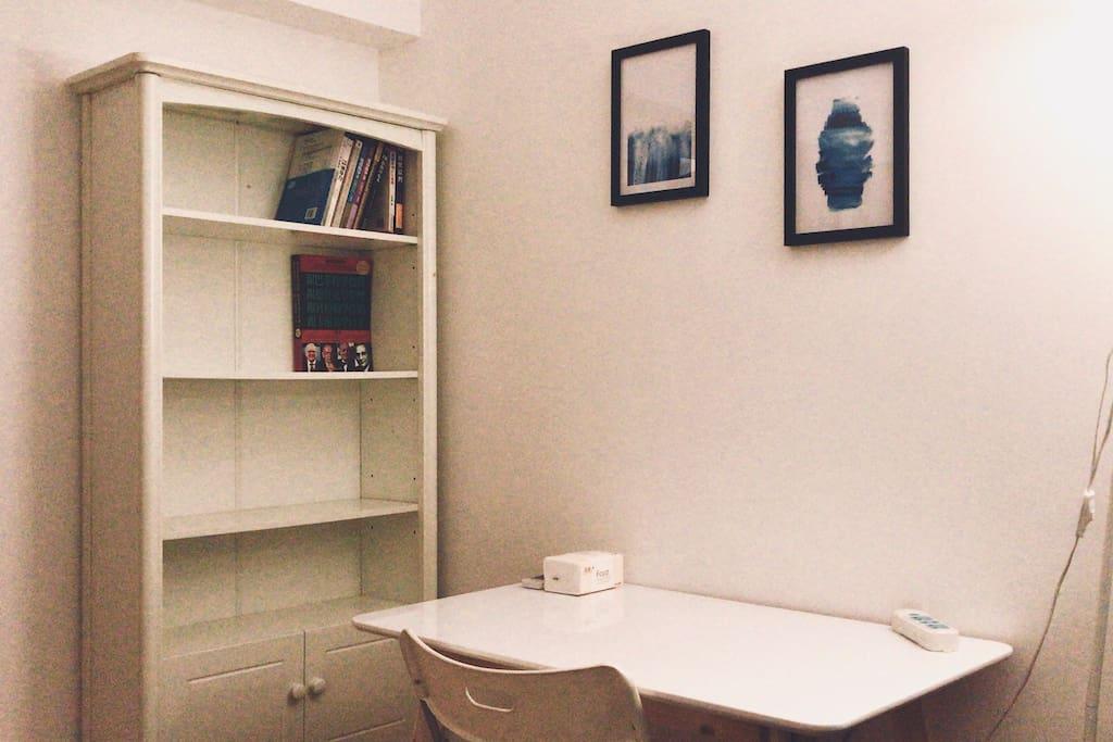 配置了桌椅,落地灯,小地毯,空调,暖气,还有一个书柜
