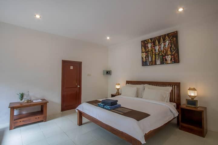 Aaliku room 1, Pool & great location!