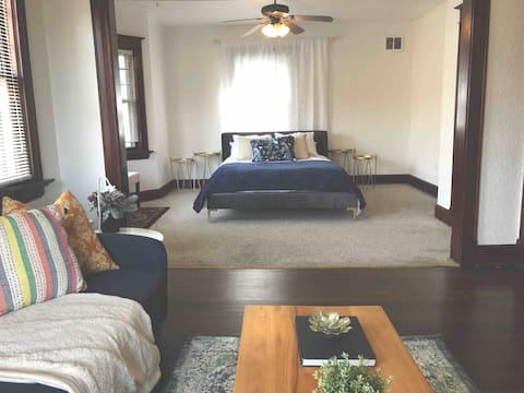 Large Suite w/ Private Bathroom- Heart of Downtown
