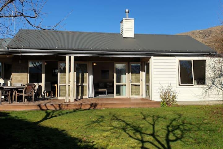Meadowstone Executive Villa close to Lake Wanaka
