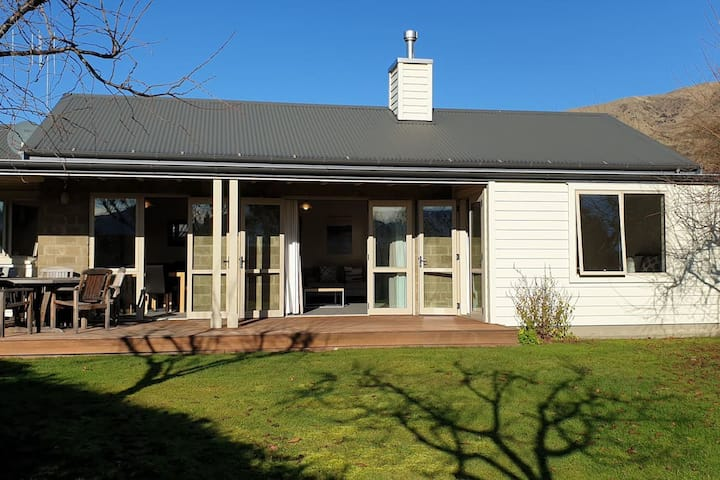 Meadowstone Executive Villa close to Lake Wanaka
