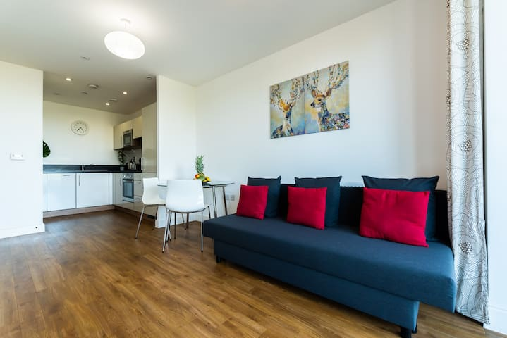 Spacious Modern Apartment, close to Excel