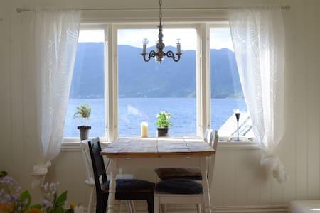 Koseleg, lite hus med utsikt over fjord og fjell - Tysse