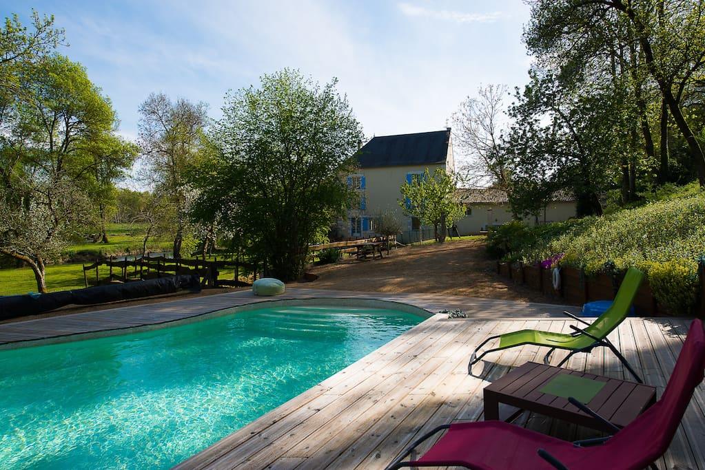 Le jardin et la piscine avec sa terrasse