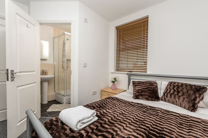 The Den -New Apartment, Cathedral View Sleeps 4-6