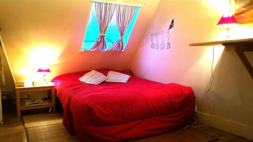Central Paris / small attic bedroom