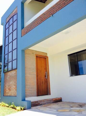 Casa azul com vista para o mar