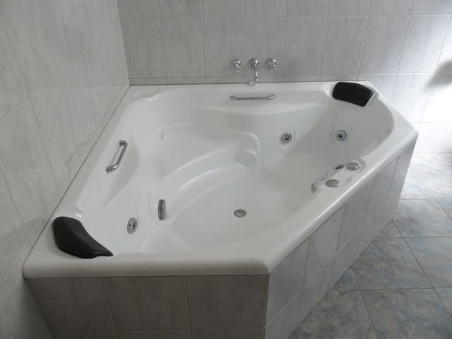 Queechy Cottages & Motel SPA Suite - St Helens Tas