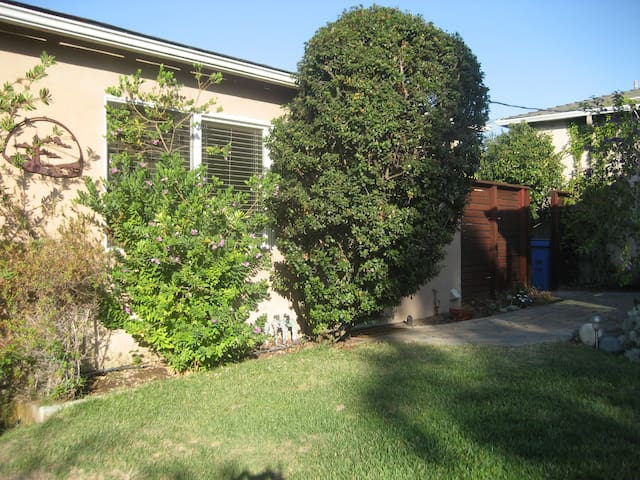 detached garage room..lovely yard - Arroyo Grande - Apartamento