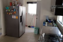Cocina equipada con refrigerador / Kitchen equipped with refrigerator