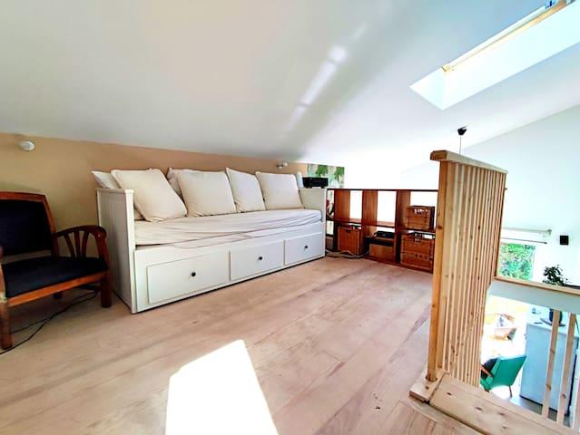 Salon/chambre en mezzanine Avec banquette/lit convertible pour 1 ou 2 personnes