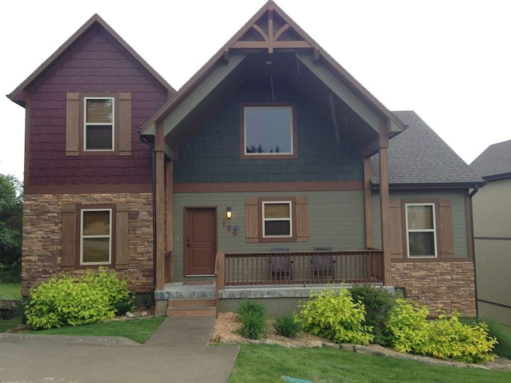 6BR with 2 Masters, Hot Tub & Pool Table Near Lake