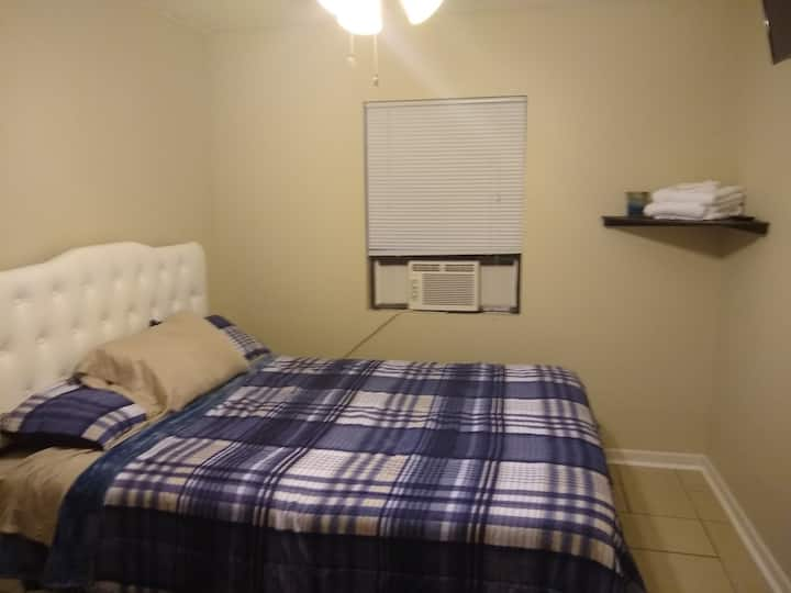 Cozy Room Less than 2miles from I12! Prvt Entrance