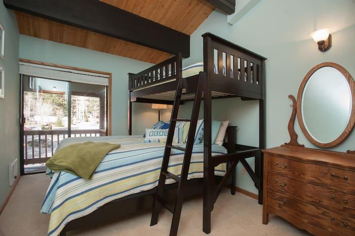 Kid's bedroom-queen/twin bunk
