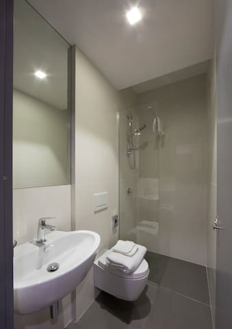 sharing toilets and showers towels for rent / bagni e docce in comune asciugamani a pagamento