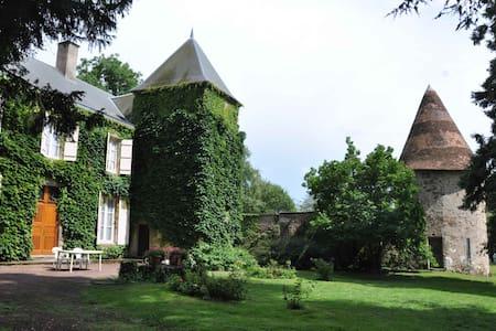Grande maison de famille au calme - Ygrande - Rumah