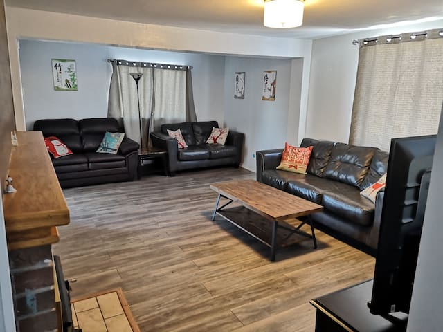 Air Conditioned Spacious and Stylish Family Home