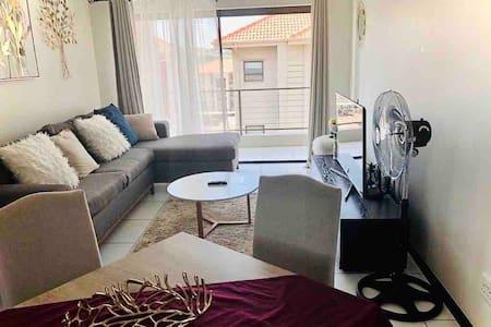 Stunning, modern apartment. Free WiFi,Netflix,DSTV
