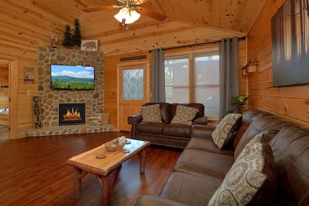 Luxury Cabin! Theater, Arcade, Hot Tub & Location!