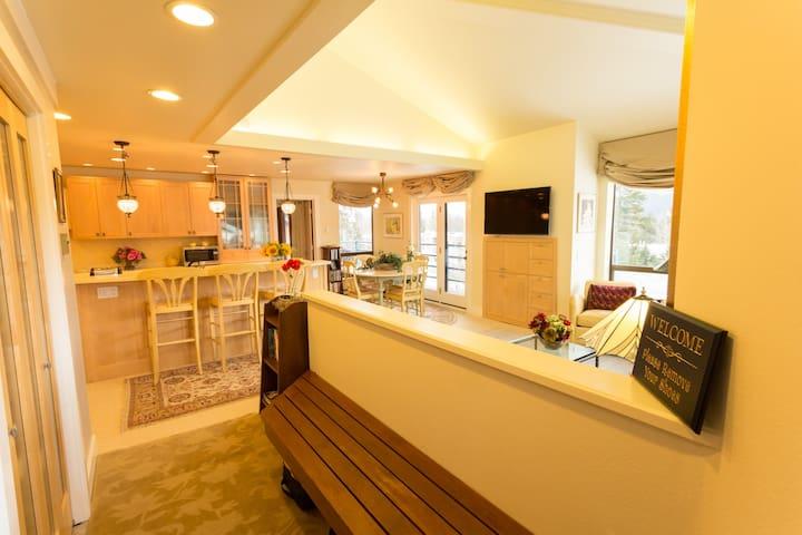 SkiSlopeSide Luxury Girdwood Condo w/ Sauna & View - Girdwood - Condo