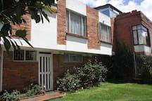 El apartaestudio es en la segunda planta con vista a la calle The mini-apartment is on the second floor with street view