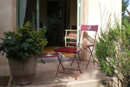 Chambre de charme sur jardin, au calme, proche RER
