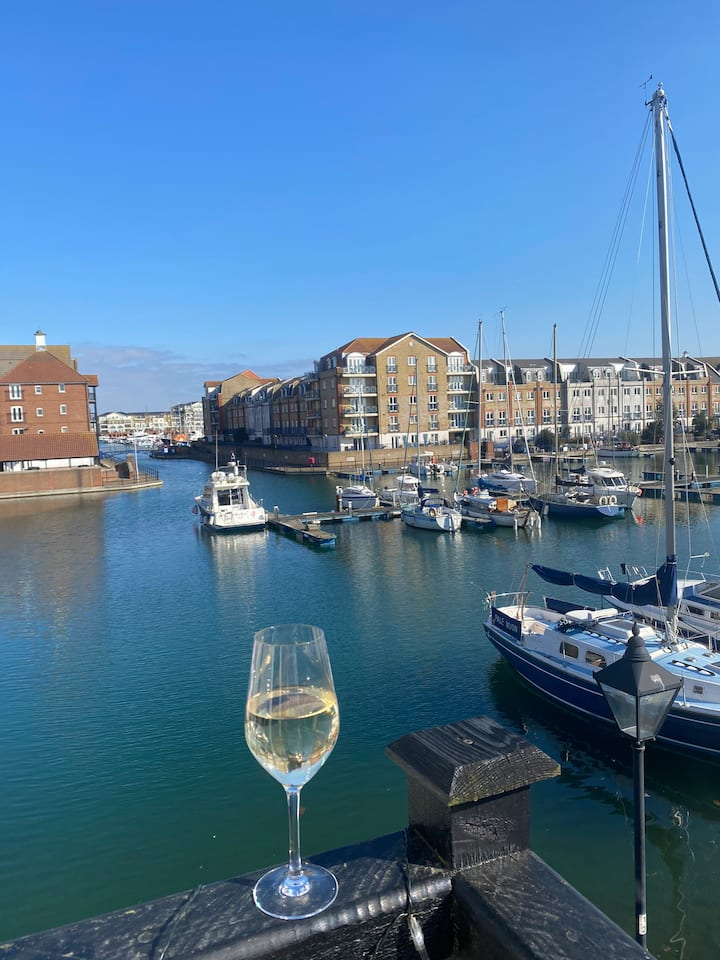 Stunning harbour views entire home 5 mins to beach