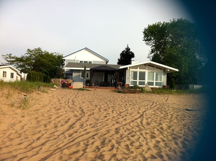 SUITE RETREAT-Lake Huron Upscale lakefront home