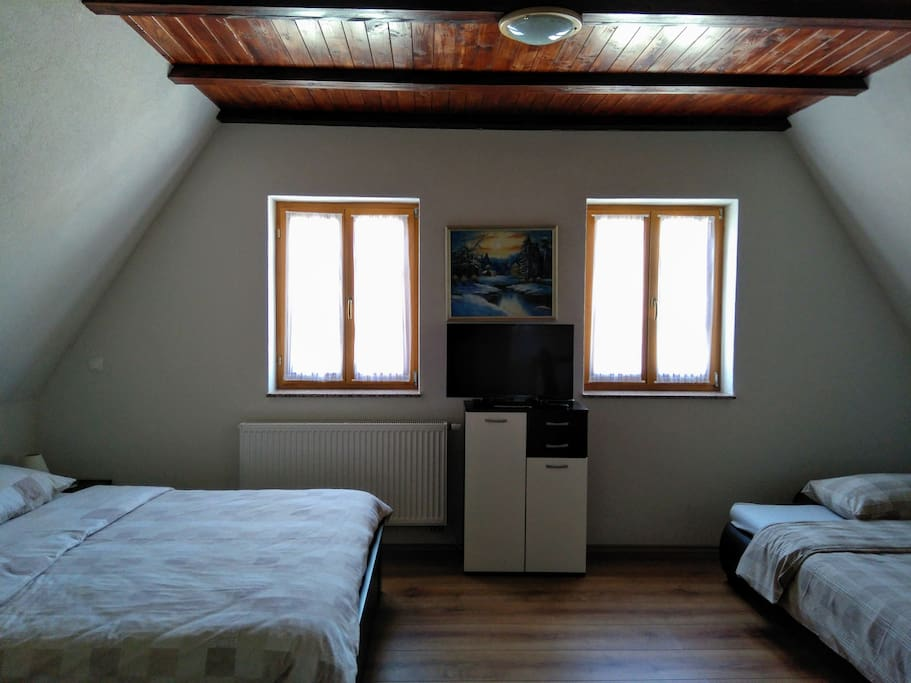 Satellite TV, double Bed, Crispy cotton Linen, heater, airy and well ventilated room, additional bed possible