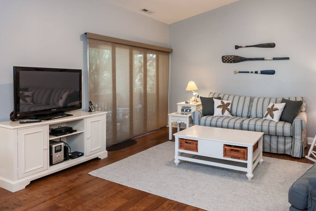 Living room with vaulted ceilings, games in the coffee table and DVD for you to enjoy!