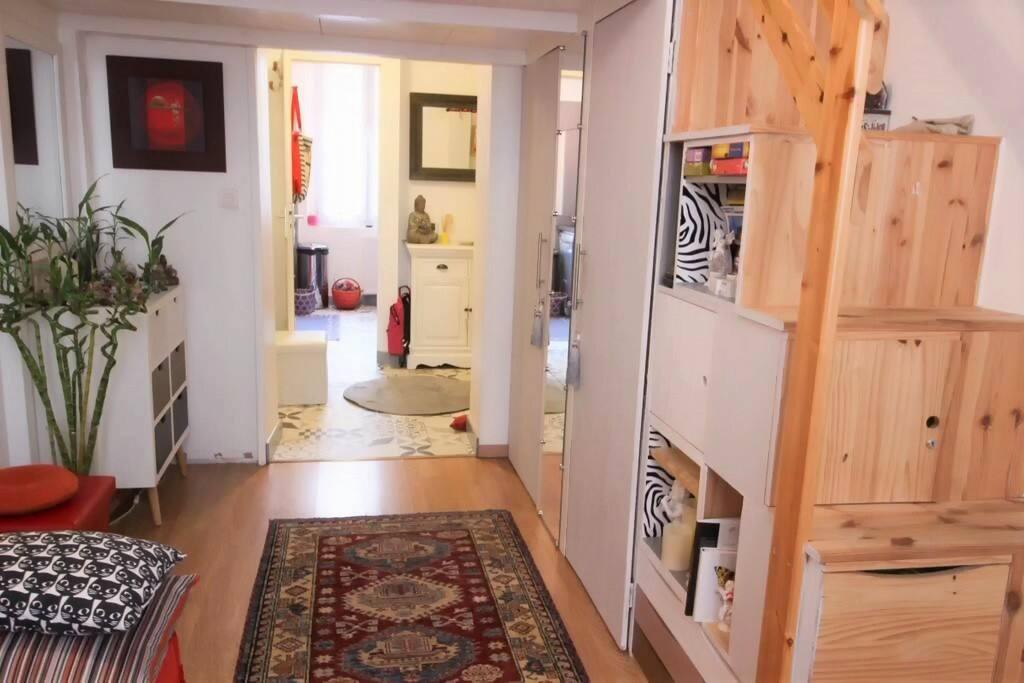 L'autre coté du salon avec l'entrée et la cuisine au fond
