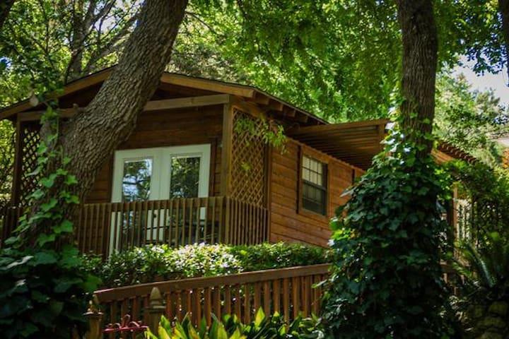 Private Garden Cottage 1 mile from Historic Gruene