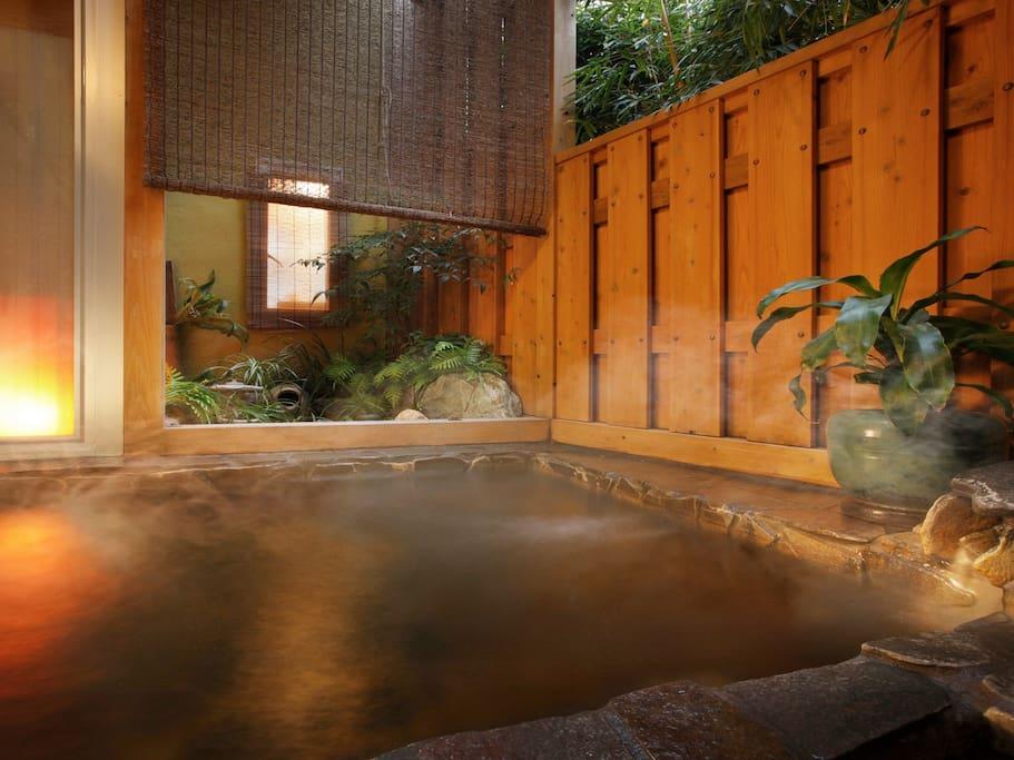 小さな露天風呂「石の湯」 貸切風呂OK!