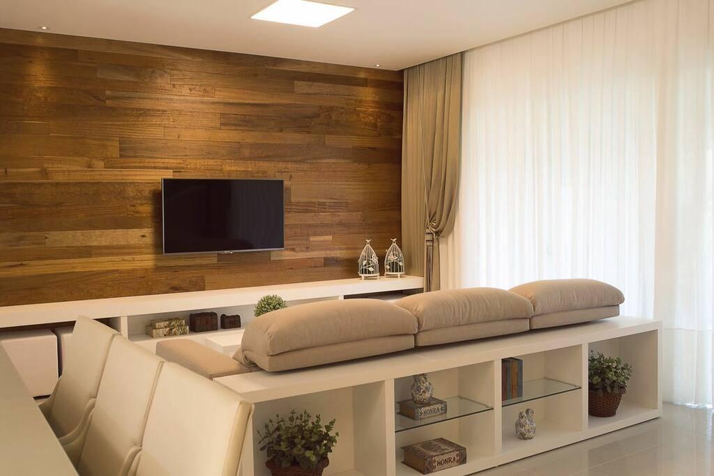 Living con SmarTV 50 UHD 4k con Netflix, OiTV, HomeTheater y PlayStation3.
