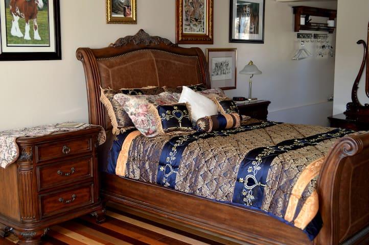 The Queen Gallery Room - Picton - Bed & Breakfast