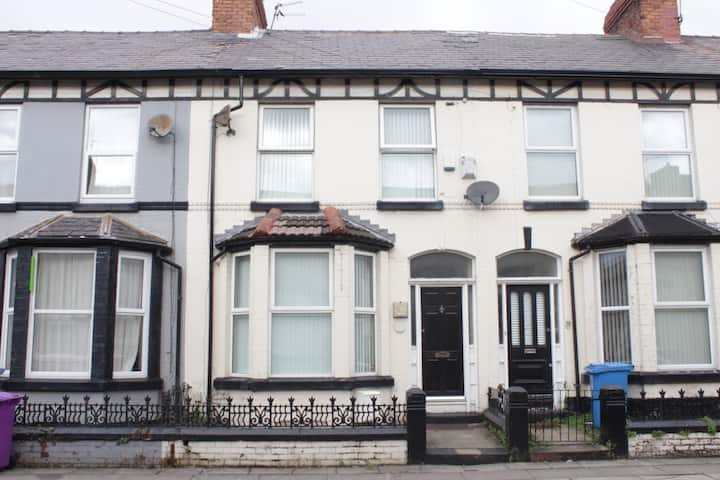 Large 5 Bedroom House In Liverpool . Min 2 Nights