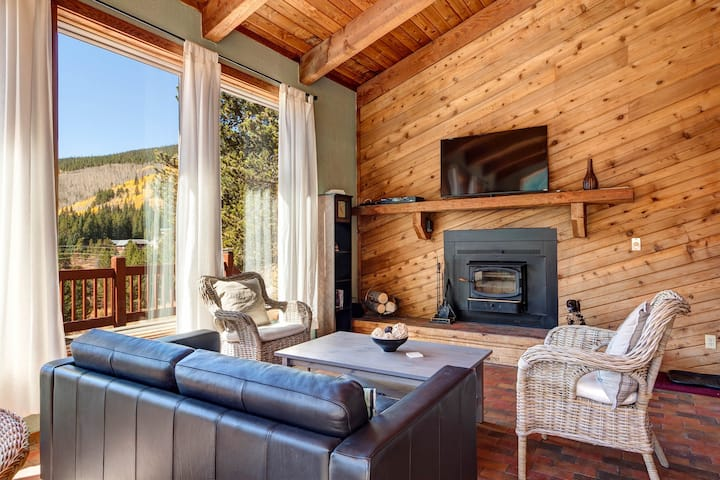 Modern & rustic ski cabin w/ furnished wraparound deck & majestic mountain views