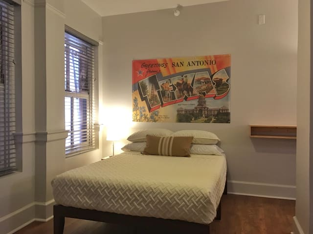 Private Riverwalk Downtown One Bedroom Home Base