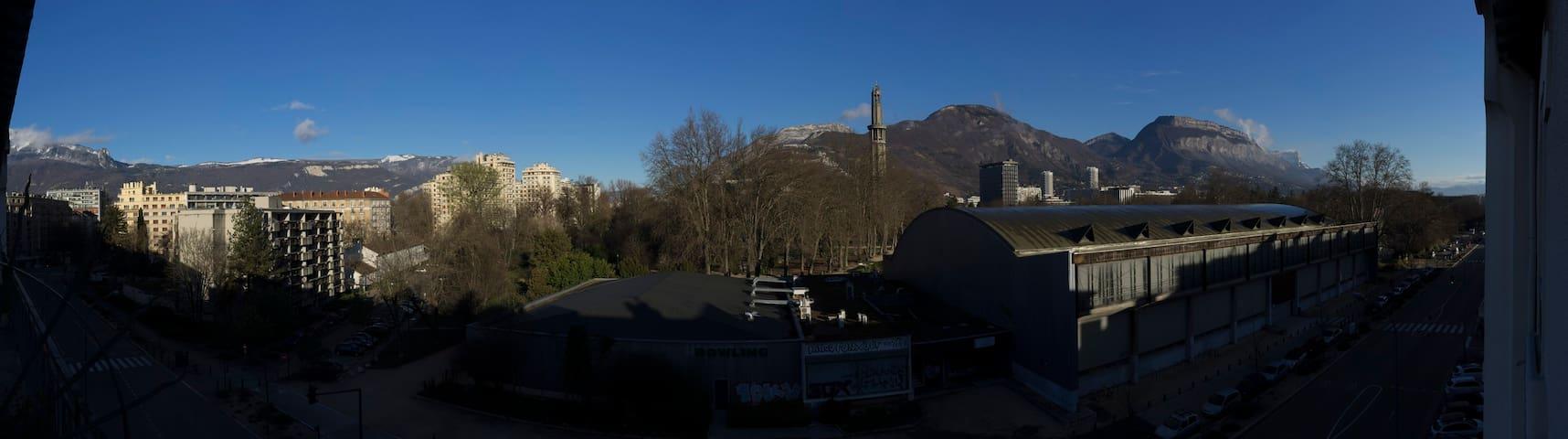 Vue des montagnes depuis le salon.