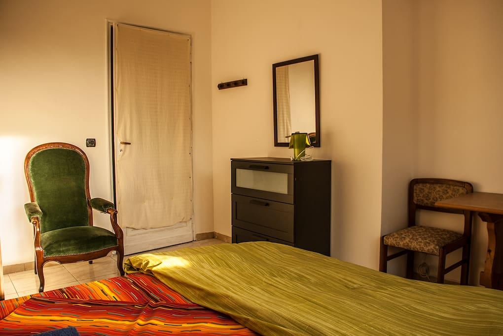 Poltrona e cassettiera / Armchair and dresser