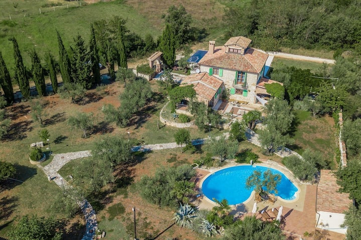Quaint Holiday Home with Swimming Pool in Kaštelir