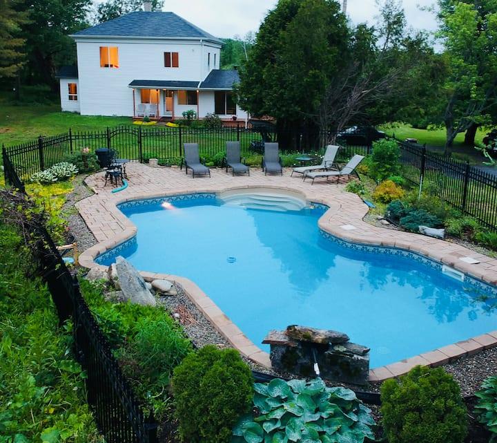 La maison centenaire: piscine, spa, 13 acres privé