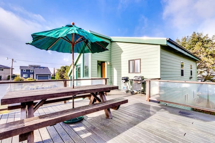 Oceanview home steps from the beach, rooftop deck, views, & dogs welcome!